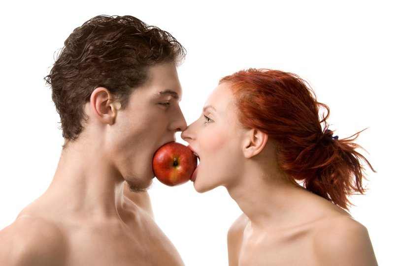 Couple-eating-apple-750075